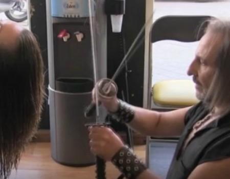 Deze Hairstylist Gebruikt Zwaarden en Vuur